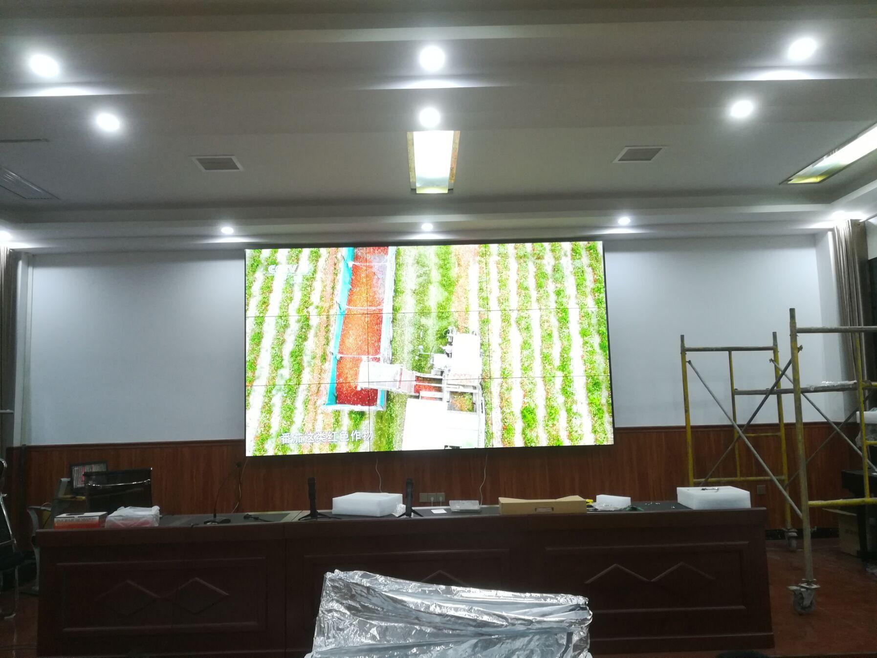 湖北安陆实验中学55寸壁挂液晶拼接屏.jpg